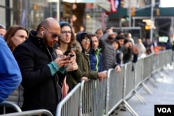 Crowds gather outside perimeter of NYPD security news briefing on election preparations, Nov. 7, 2016. (R. Taylor/VOA)