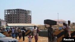 Wananchi wanaotafuta hifadhi wakielekea makao makuu ya Umoja wa Mataifa huko Juba Dec. 18, 2013.