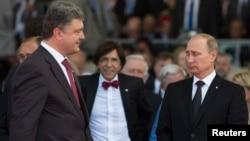 2014年6月6日波罗申科(左)和俄罗斯总统普京(右)二战70周年纪念日(资料照片)