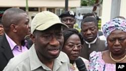 Rais wa nigeria katikati, Goodluck Jonathan.