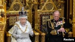 2013年5月8日英国女王伊丽莎白在伦敦向议会发表年度演讲,右侧是她的夫婿菲利普亲王。
