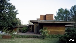 The Rosenbaum House in Alabama hugs the ground and, in typical Wright fashion, blends comfortably with its natural surroundings. (Carol M. Highsmith)