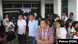 Keluarga korban kecelakaan pesawat AirAsia QZ8501 usai mengikuti peringatan satu tahun tragedi pesawat AirAsia QZ8501 (Foto: VOA/Petrus)
