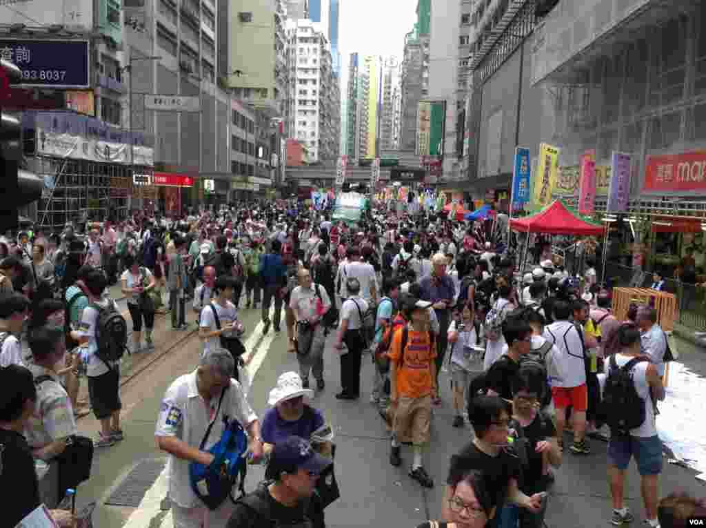 香港学生预演占领中环 (美国之音海彦拍摄)