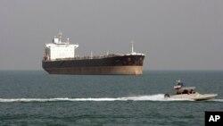 Катер Іранської революційної гвардії проходить повз нафтовий танкер, 2012