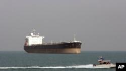 Kapal patroli Iran melewati kapal tanker minyak, 2 Juli 2012. Tabrakan pada hari Sabtu (6/1) di perairan China mengakibatkan 32 awak tanker tersebut hilang. (Foto: dok.)