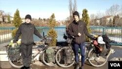 Elio Dauch i Justin Poux, Evropska biciklistička turneja, Banja Luka, januar 2021.