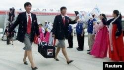 지난 2002년 9월 부산 아시안게임에 참가하는 북한선수단이 고려항공을 통해 김해공항에 도착하고 있다. (자료사진)