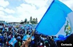 Manifestación pidiendo la renuncia de Otto Pérez [Foto: Lucía Villacorta].