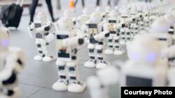 100 khách hàng New Zealand đã nhờ robot đứng xếp hàng thay cho họ, và những người máy đắc lực này đã có mặt từ ngày 9/9 tới nay.