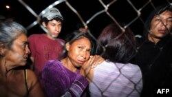 Tutuklu yakınlarından haber bekleyen insanlar
