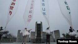 Para aktivis Korea Selatan mengirimkan puluhan ribu selebaran anti-Pyongyang dengan balon ke wilayah Korea Utara, Senin (29/10).