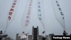 대북 전단을 살포하는 한국 탈북자 단체 회원들. (자료사진)