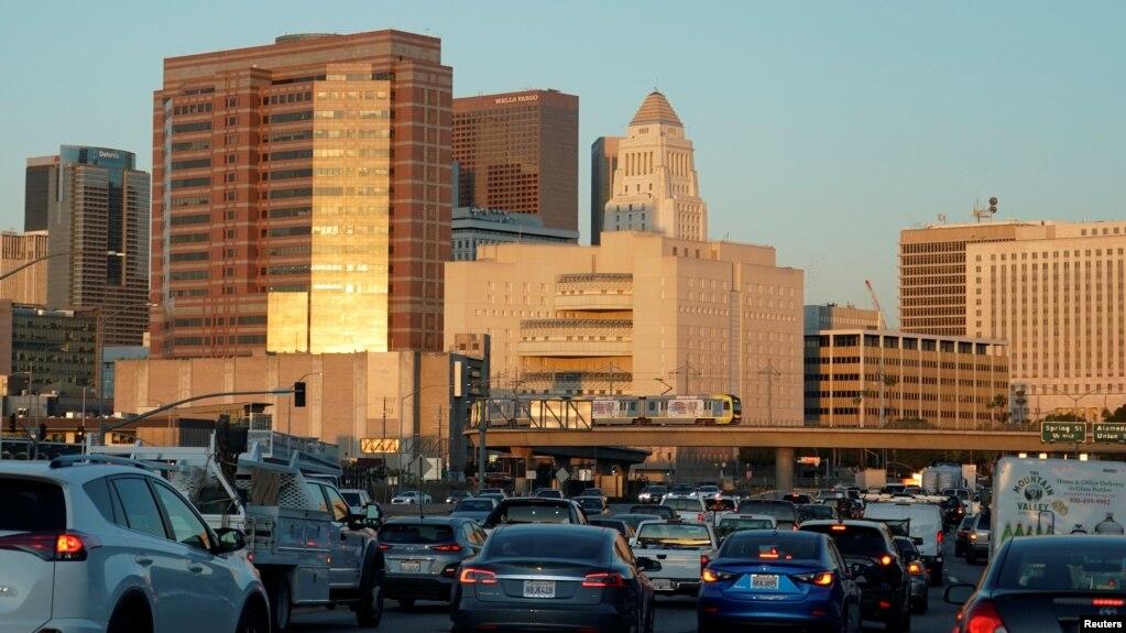 Xe cộ lưu thông tại một xa lộ ở Los Angeles, bang California. Lái xe khi say xỉn là một vi phạm giao thông nghiêm trọng ở Mỹ
