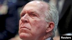 ຜູ້ອຳນວຍການ ອົງການ ສືບລັບ CIA ທ່ານ John Brennan ຟັງການກ່າວປາໄສ ໂດຍປະທານາທິບໍດີ ບາຣັກ ໂອບາມາ ທີ່ຫ້ອງການຂອງຜູ້ອຳນວຍການ ສືບລັບແຫ່ງຊາດ ເພື່ອສະ ເຫຼີມສະຫຼອງວັນຄົບຮອບ 10 ປີຂອງພວກເຂົາເຈົ້າ ທີ່ເມືອງ McLean, ລັດ ເວີຈີເນຍ, 24 ເມສາ, 2015.