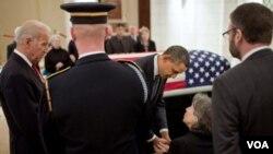 El presidente Obama y el vicepresidente Biden, presentaron sus respetos a Susannah Flanagan, la hija de Frank Buckles, en la capilla del Cementerio de Arlington.