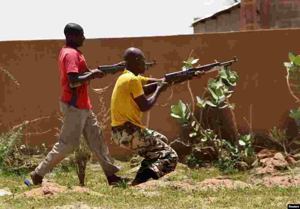 Membros da FLN (Frente de Libertação do Norte) recebem treino militar em Sevare, 600 quilómetros a Norte da capital, Bamako.