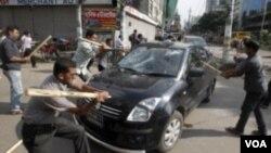 Người biểu tình đập phá phản đối bản án tử hình của ông Abdul Quader Mollah, lãnh tụ đảng Jemaat-e-Islami.