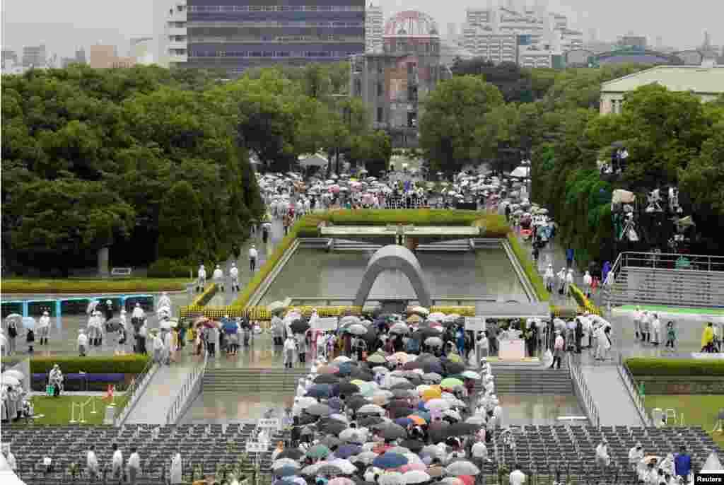 جمعرات کو لاکھوں افراد نے دھماکے کے مرکز کے قریب واقع پیس میموریل پارک میں ایک منٹ کی خاموشی اختیار کی۔