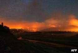 У посушливу погоду, околиці озера Шаста в Каліфорнії охопила лісова пожежа, 2 липня 2021 року