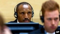 Bosco Ntaganda (belakang), mantan pemimpin pemberontak Kongo saat hadir pada persidangan ICC hari pertama di Den Haag, Rabu (2/9).
