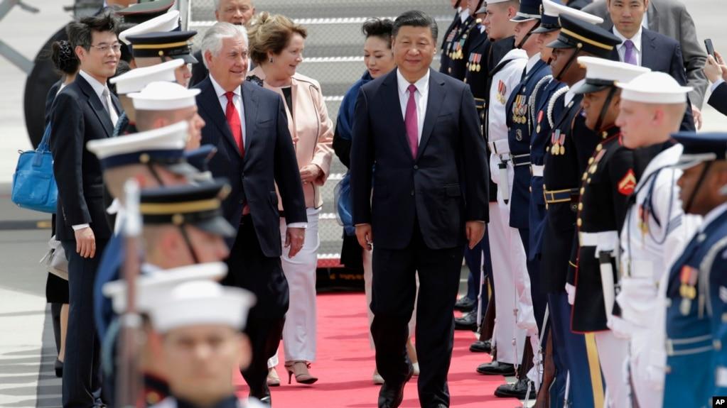 Ngoại trưởng Mỹ Rex Tillerson, (bên trái) trong lễ đón Chủ tịch Trung Quốc Tập Cận Bình ở phi trường Quốc tế Palm Beach, West Palm Beach, Florida, 6/4/2017.