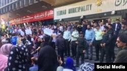 تجمع مسالمتآمیز معترضین به کشتار سگها مقابل شهرداری تهران به خشونت کشیده شد.