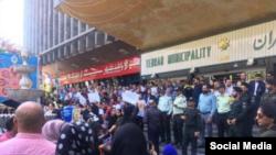 تجمع اعتراضی به کشتار سگها مقابل شهرداری تهران در روز دوشنبه ۲۸ مرداد.