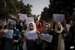 Perempuan Afghanistan menuntut hak mereka di bawah kekuasaan Taliban saat demonstrasi di dekat bekas gedung Kementerian Urusan Perempuan di Kabul, Afghanistan, Minggu, 19 September 2021. (Foto: AP)