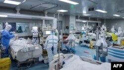 Staf medis tengah merawat pasien yang terinfeksi virus corona di sebuah rumah sakit di Wuhan, Provinsi Hubei, China, 24 Februari 2020. (Foto: AFP)
