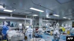 Uhanda xəstəxananın tibb personalı koronavirusa yoluxmuş xəstələri müalicə edir, 24 fevral, 2020.
