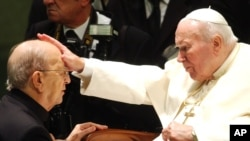 Mendiang Karol Wojtyla yang memilis nama Paus Yohanes Paulus II (kanan) menggunakan nama pendahulunya, Yohanes Paulus I, untuk menghormati masa kepausan pendahulunya yang singkat (foto: dok).