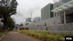 Pagar Kedutaan Besar Amerika Serikat di Jakarta dicoreti oleh sejumlah peserta aksi tolak UU Cipta Kerja, Kamis (8/10/2020). Foto: Sasmito