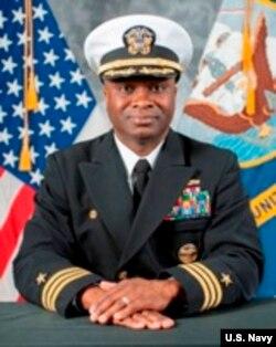 """美国海军""""拉森号""""导弹驱逐舰舰长、海军中校罗伯特·弗朗西斯。"""