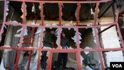 شاهدان عینی به صدای امریکا گفته اند که بعد از انفجار یک تعداد اشخاص در خانه های خود در نتیجه شکستن شیشه ها زخمی گردیده اند.