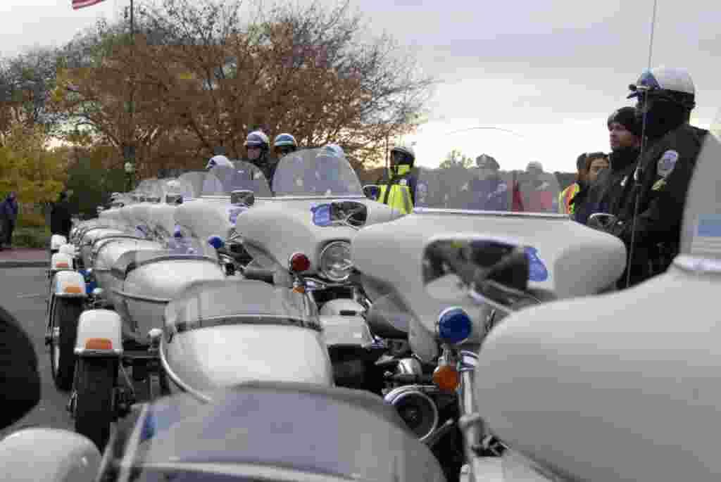Las autoridades bloquearon con motocicletas el acceso de la multitud al puente Francis Scott Key.