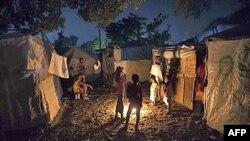 Những người sống sót sau trận động đất quây quần bên 1 đống lửa tại 1 trại tạm thời ở Port-au-Prince, Haiti, nơi cơn bão nhiệt đới Tomas có thể hướng tới, 1/11/2010
