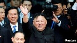 김정은 북한 국무위원장이 베트남 공식친선방문을 마치고 지난 2일 하노이에서 평양행 전용열차를 타기 전 군중들을 향해 손을 흔들고 있다.
