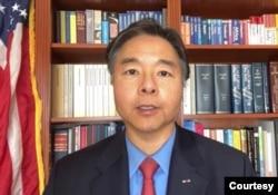 来自加州的联邦众议员刘云平在首映式上 (Zoom,勇士新电影)