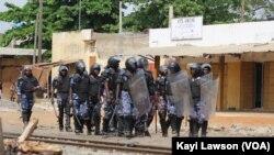 La police en patrouille lors des manifestations dans les rues de Lomé, au Togo, le 18 octobre 2017. (VOA/Kayi Lawson)