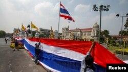 13일 태국 반정부 시위대가 방콕 정부 청사 주변에서 총리 퇴진을 촉구하고 있다.