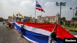 Người biểu tình chống chính phủ dùng quốc kỳ Thái Lan bao quanh cổng và hàng rào xung quanh Tòa nhà Chính phủ ở Bangkok, ngày 13/12/2013.