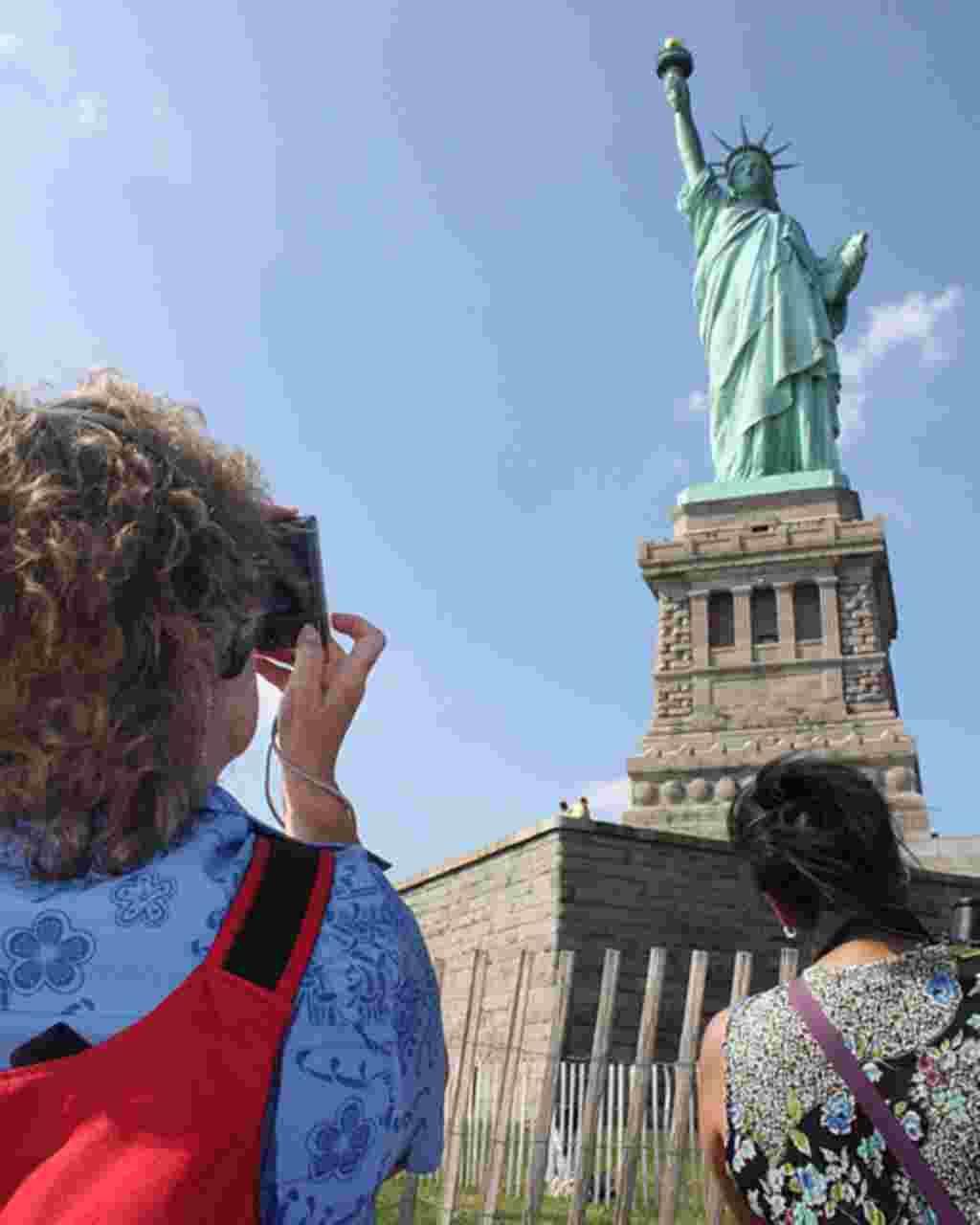 La Estatua de la Libertad fue un regalo de los franceses a los estadounidenses en 1886 para conmemorar el centenario de la Declaración de Independencia. Puede contemplarla desde los ferrys de Staten Island o Governors Island.