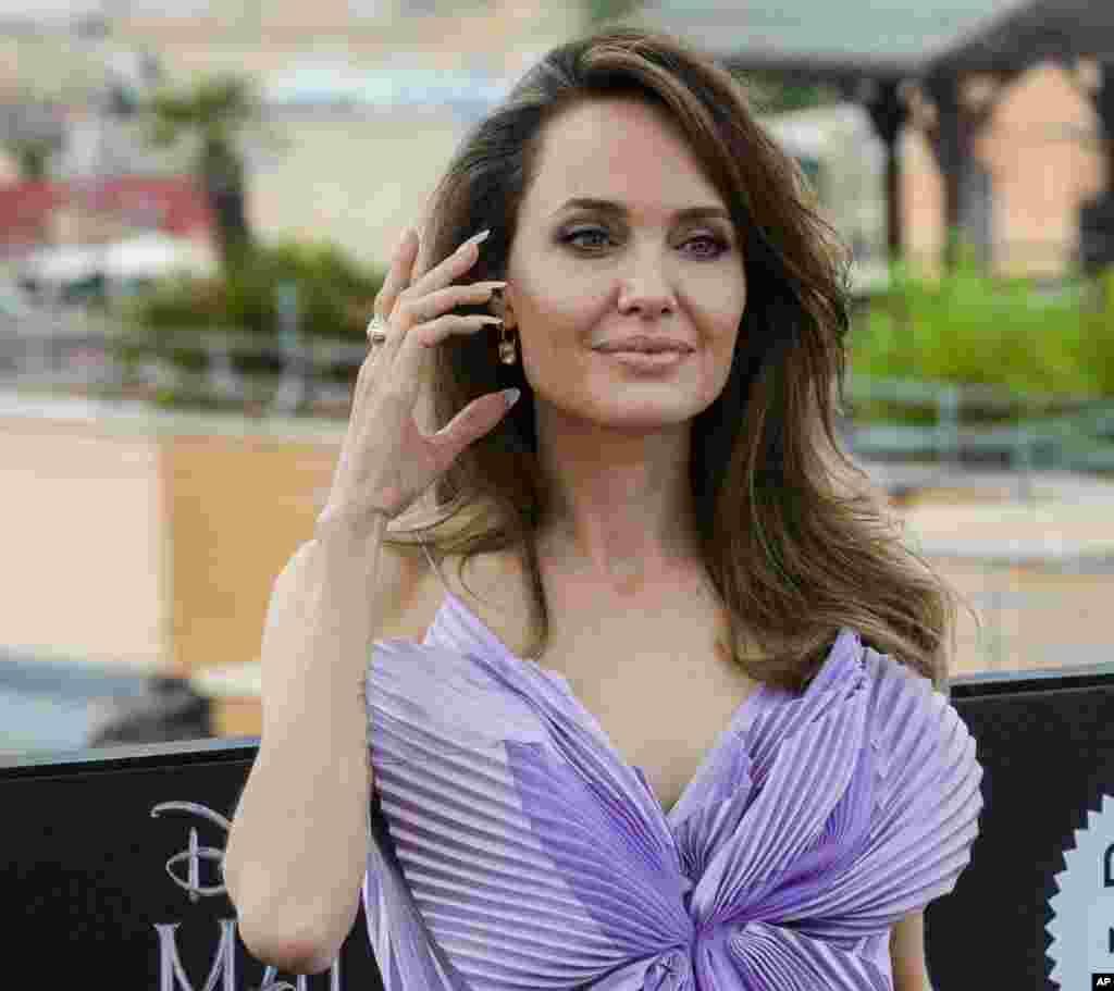 در حاشیه اکران فیلممالفیسنت، آنجلینا جولی از ستاره های این فیلم در ایتالیا حضور یافته است. نسخه اول این فیلم سال ۲۰۱۴ ساخته شد و نسخه جدید آنمعشوقه شیطان نام گرفته است.