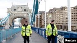 英國警察在倫敦塔橋上巡邏