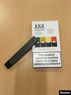 Sebuah perangkat rokok elektrik merek Juul, 16 Juli 2018.