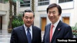 욍이 중국 외교부장(왼쪽)과 윤병세 한국 외교장관이 지난 7일 중국 베이징에서 양자 회담을 갖고 양국 관계 및 한반도 정세 지역·국제문제 등에 대해 의견을 교환했다. (자료사진)