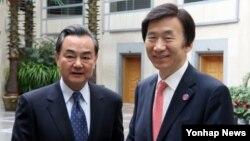 한국과 중국의 외교장관이 7일 중국 베이징에서 양자 회담을 갖고 양국 관계 및 한반도 정세 지역·국제문제 등에 대해 의견을 교환했다.