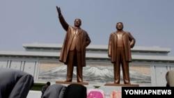 북한 주민들이 평양 만수대의 김일성·김정일 부자의 동상에 절하고 있다. (자료사진)