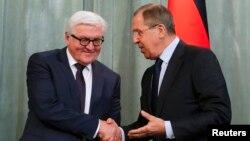 세르게이 라브로프(오른쪽) 러시아 외무장관과 프랭크-발터 슈타인마이어 독일 외무장관. (자료사진)